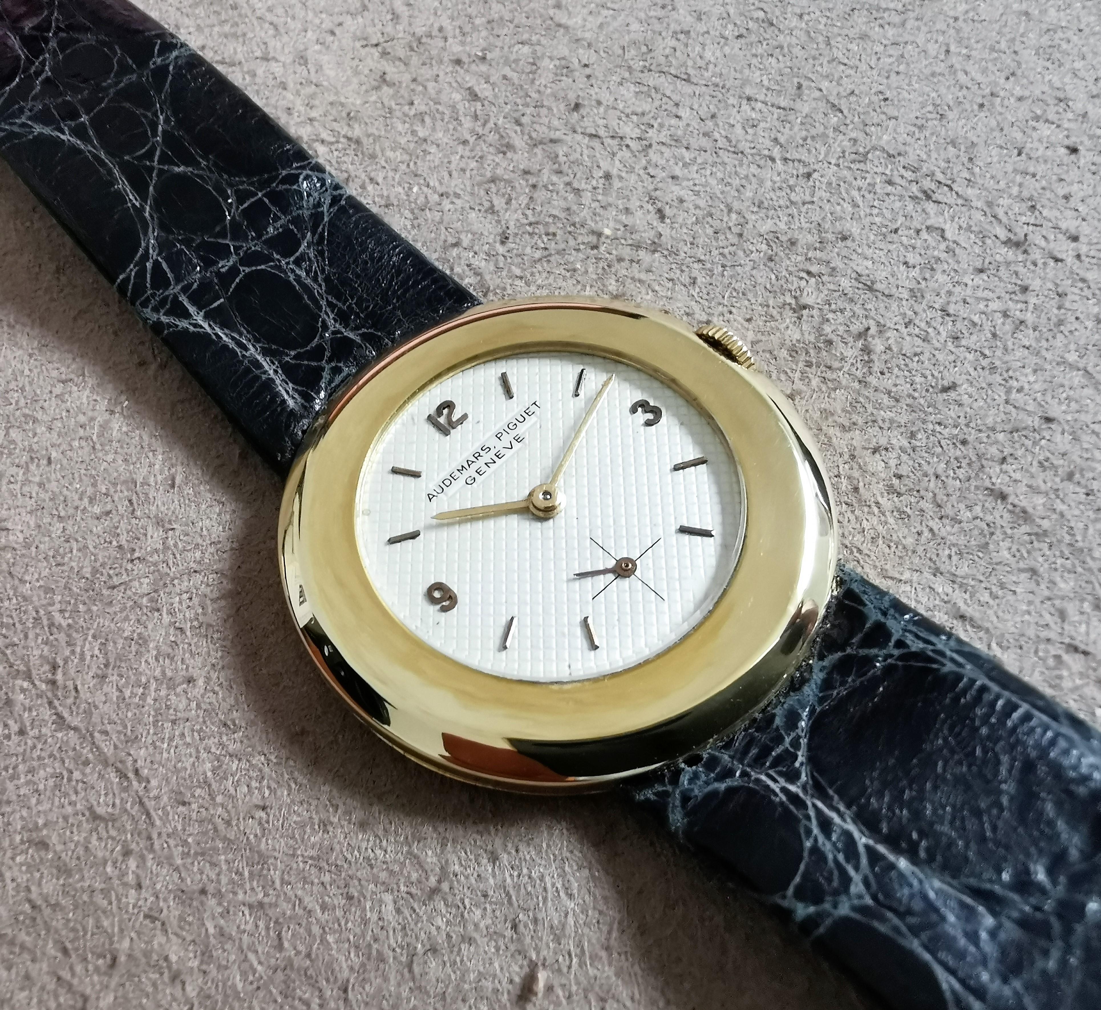 "Audemars Piguet Very rare vintage ""Disco Volante"" 18 kt gold yellow guillochet dial mm 31 manual wind | San Giorgio a Cremano"